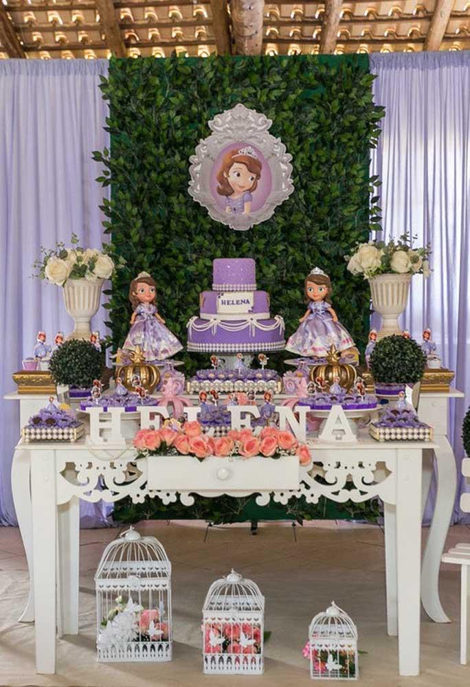 Seguindo o estilo provençal, a decoração com o tema Princesa Sofia prioriza a cor principal da cartela, além de usar vários elementos decorativos que fazem referência ao tema.