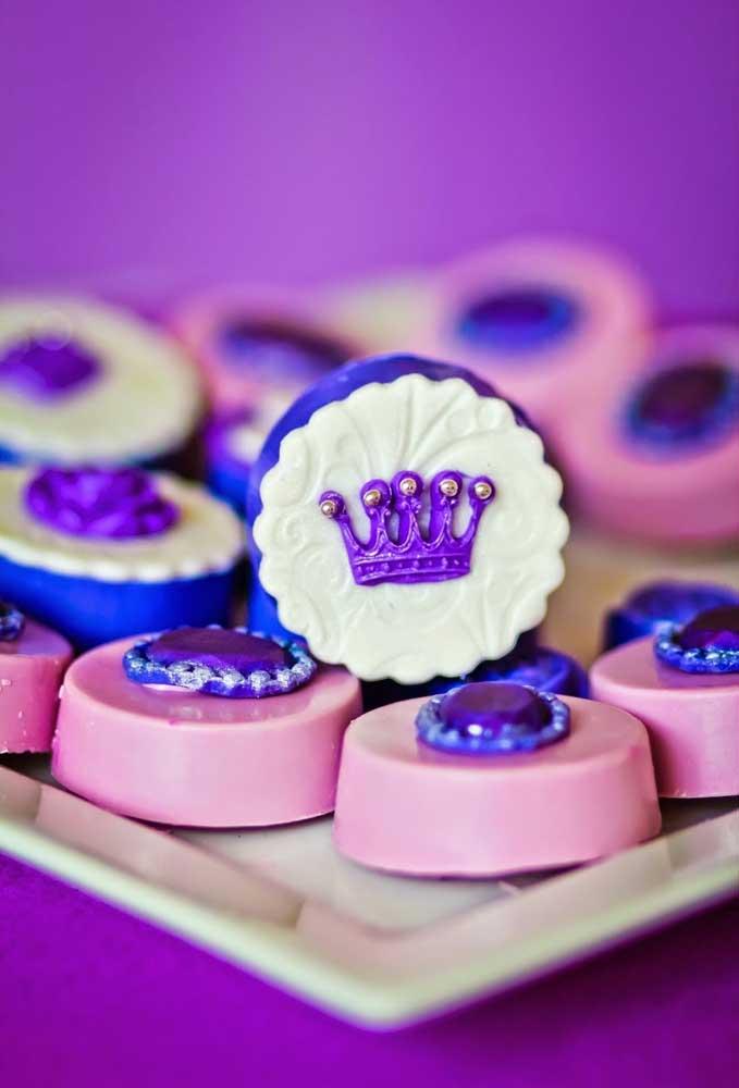 Use elementos do tema como a coroa e joia para decorar os docinhos da festa e deixá-los mais sofisticados.
