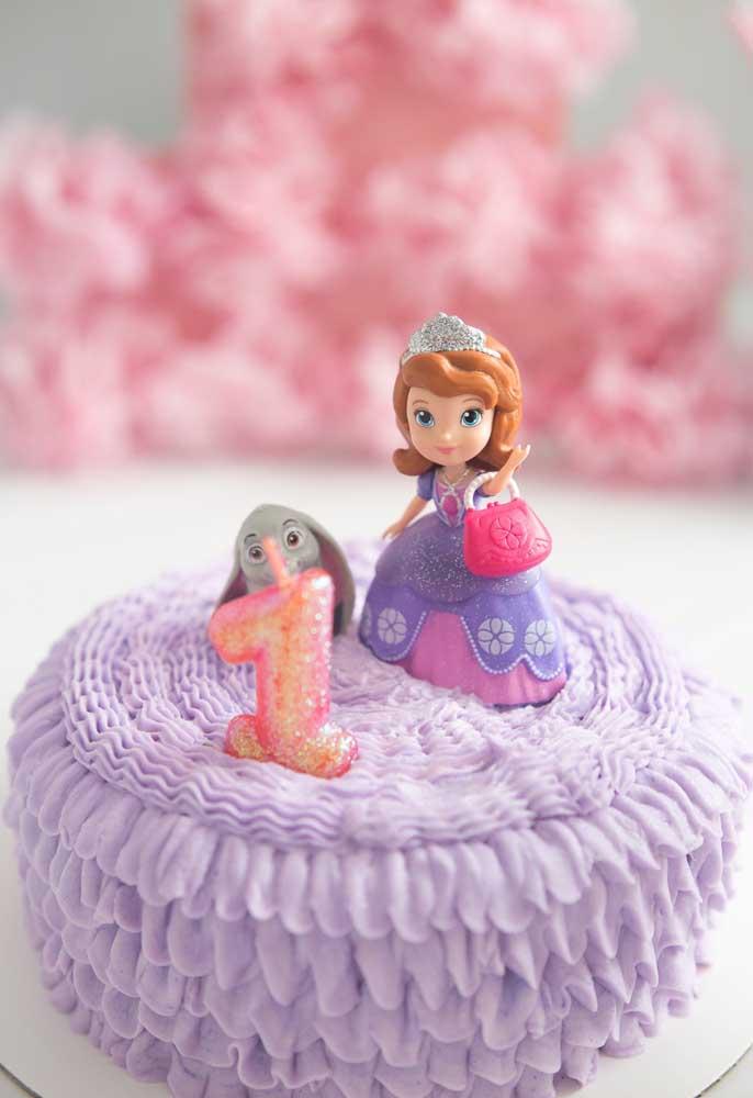 Faça um bolo simples, mas capriche na cobertura e não esqueça de colocar a Princesa Sofia no topo.