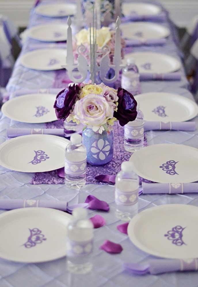 Que mesa mais linda e organizada com os pratos personalizados, talheres devidamente embalados e as garrafas de água seguindo o mesmo estilo.
