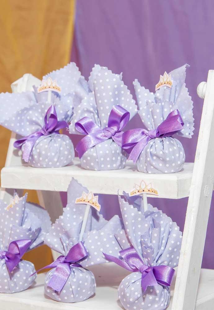 Uma boa ideia para embalar as guloseimas é usar tecidos e fitas.
