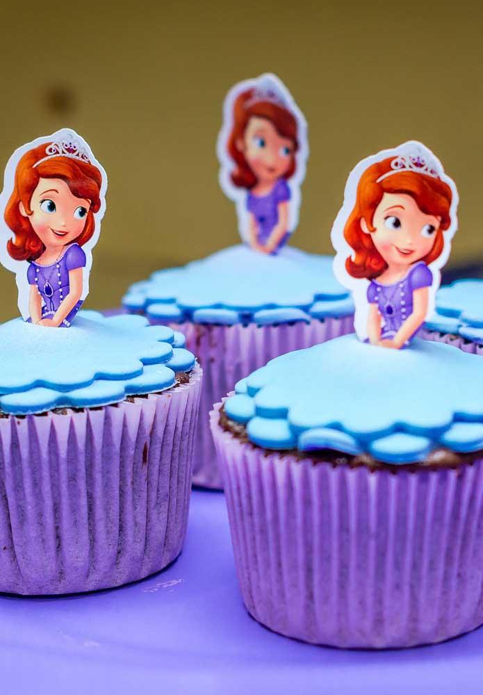 No topo do cupcake você pode enfeitar com pasta americana no formato da saia da Princesa Sofia.