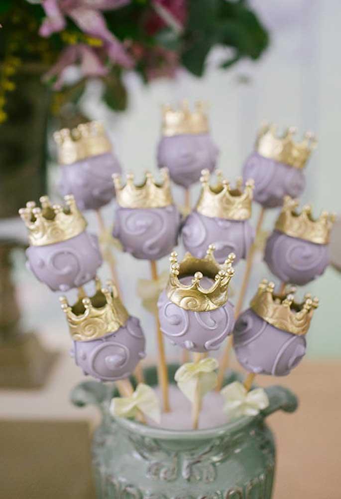 Que tal fazer o cake pop no formato de coroa? Totalmente inspirado no tema Princesa Sofia.
