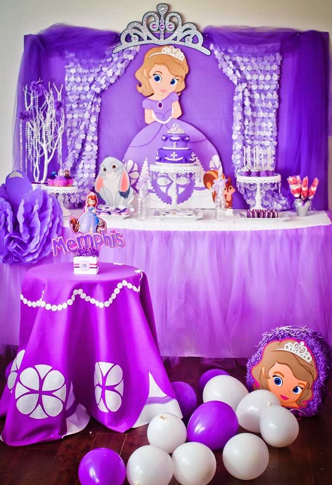 Use diferentes tons de lilás para fazer a decoração com o tema Princesa Sofia.