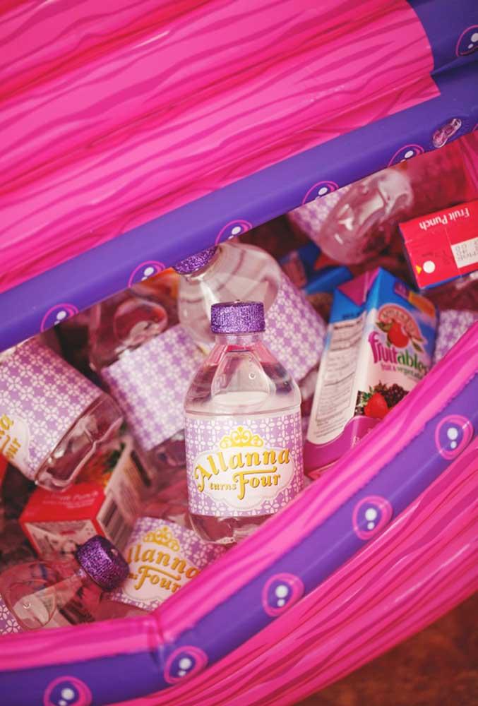 Se a festa for ao ar livre, você precisa colocar as bebidas em algo que mantenha a temperatura sempre gelada.