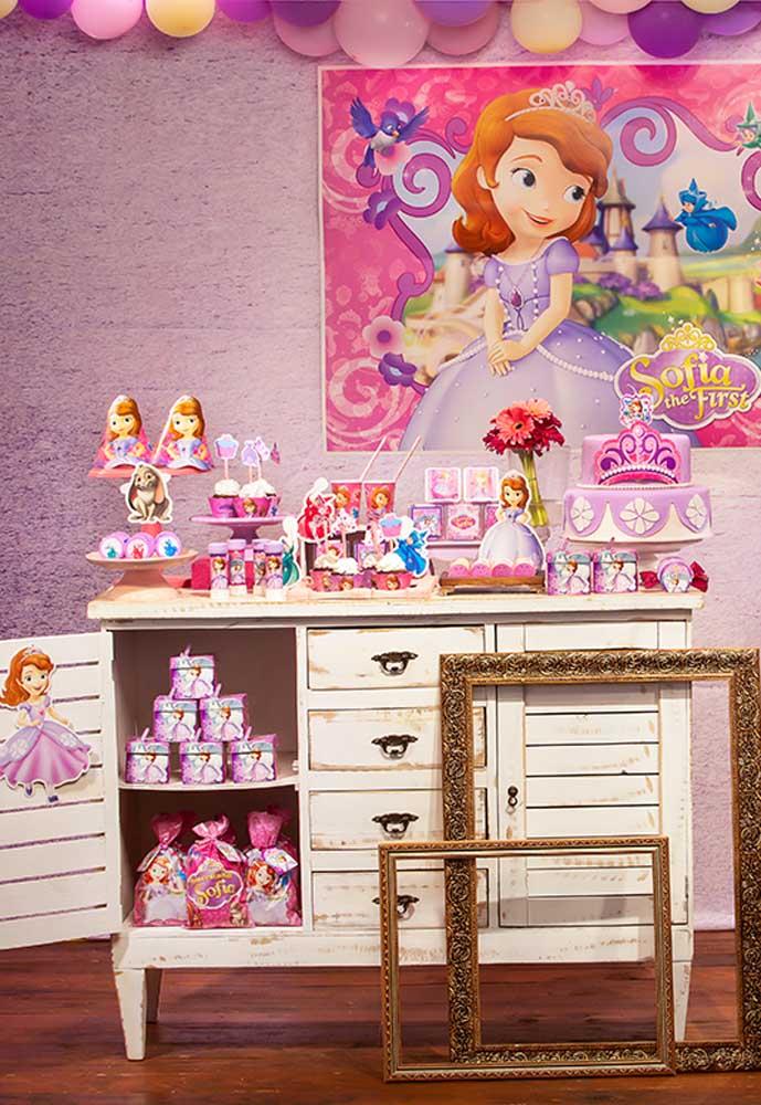 Sabe aquela penteadeira ou mesinha que você não usa mais? Pode transformá-la na mesa de aniversário com o tema Princesa Sofia.