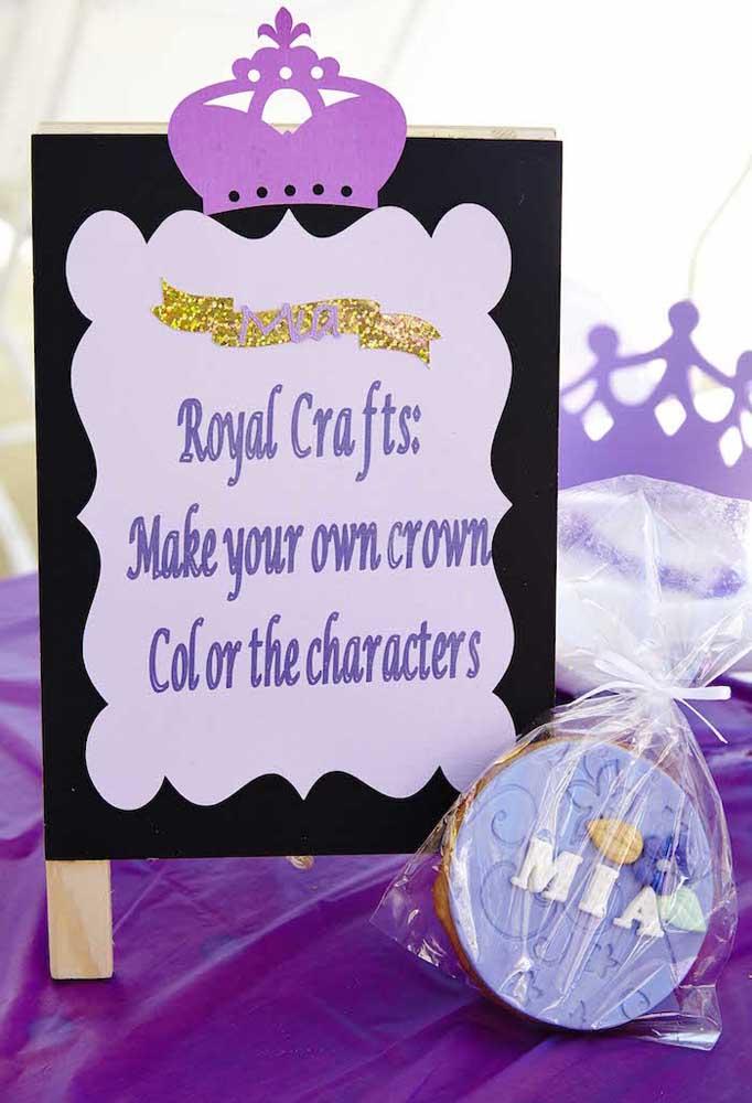Separe um cantinho para as crianças usarem a sua criatividade para prepararem a sua coroa.