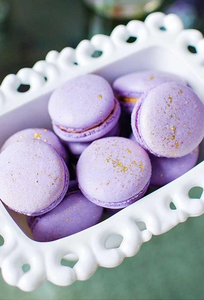 Quer servir macaron na festa? Para combinar com o tema, escolha apenas macaron na cor lilás.