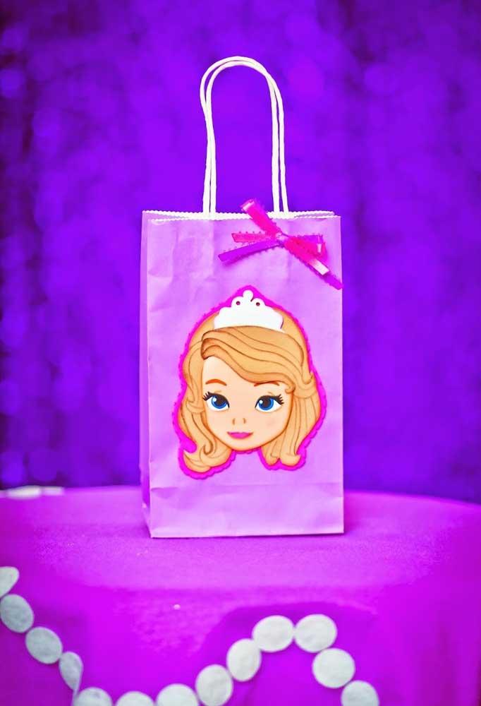 Se a grana estiver curta, compre algumas sacolinhas de papel na cor do tema, cole a carinha da Princesa Sofia e finalize com um belo laço.
