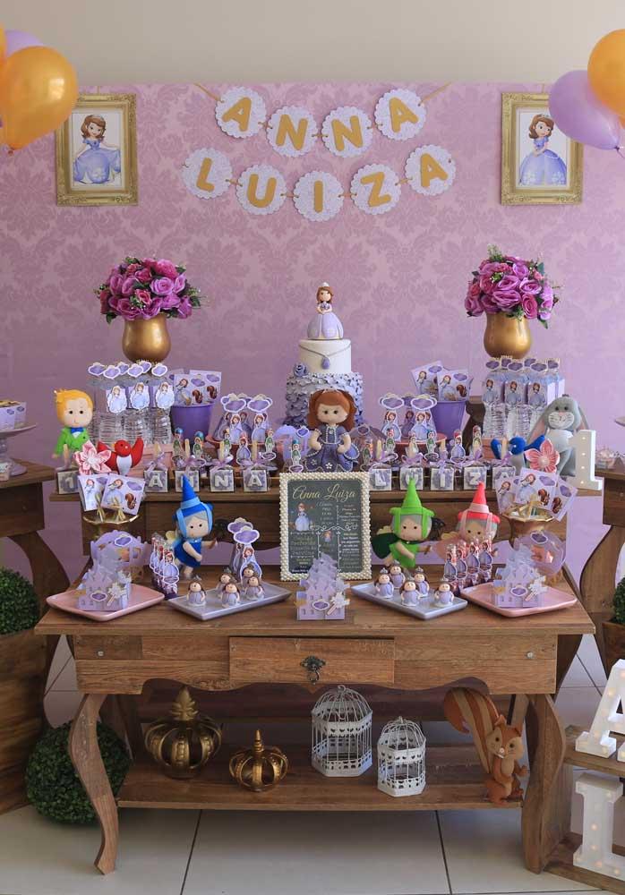Se você deseja fazer o tema Princesa Sofia na festa de aniversário, mas seguindo o estilo mais rústico, basta usar mesas de madeira na hora de fazer a decoração.