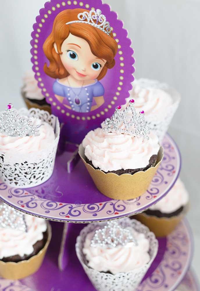 Quer deixar os cupcakes personalizados de acordo com o tema? Coloque coroas no topo de cada um.