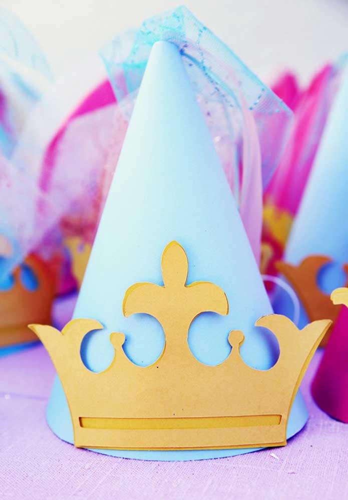 Prepare chapéus no formato de coroa para as crianças se divertirem.