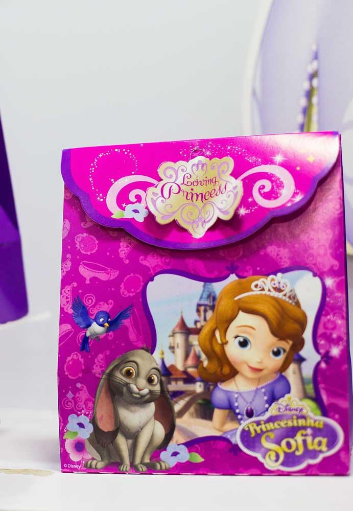 Lembrancinha de aniversário com o tema Princesa Sofia no formato de bolsinha.