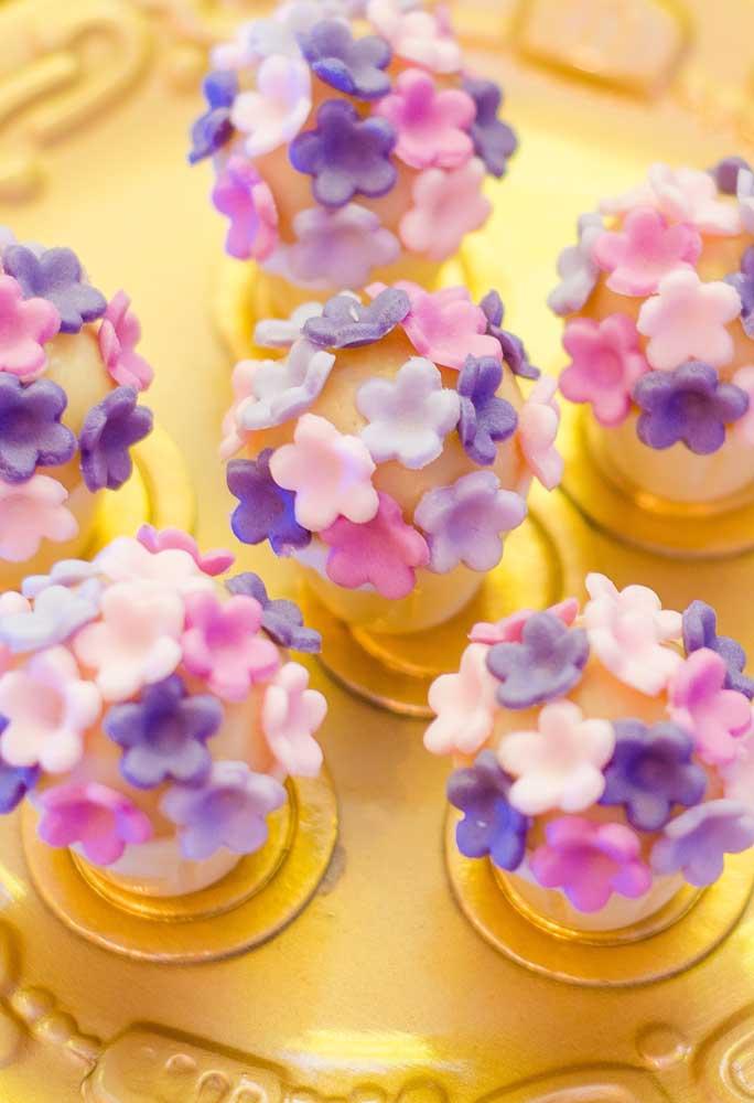 Flores são sempre bem-vindas em qualquer decoração. Nesse caso, foram usadas para deixar os docinhos mais delicados.