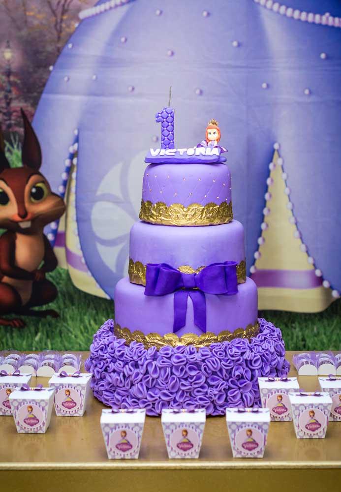 Quer fazer um bolo digno de Princesa Sofia? Aposte no bolo fake que permite fazer vários andares e decorar de um jeito mais surpreendente.