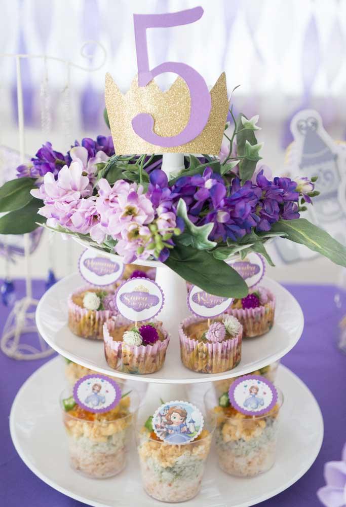 Organize os petiscos e as guloseimas em bandejas para que os convidados fiquem mais à vontade na hora de se servirem.