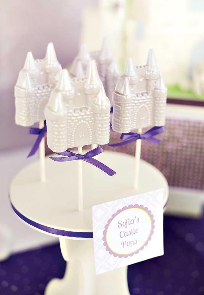 Personalize os cake pops seguindo o modelo de elementos que fazem parte do universo da Princesa Sofia.