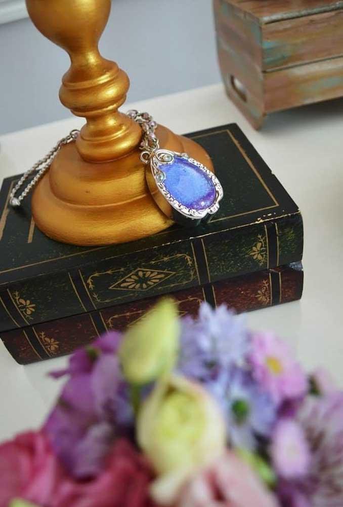 Se você deseja fazer uma decoração mais delicada, use os elementos decorativos como livro e colar.
