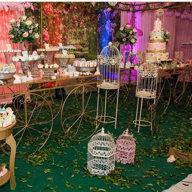 decoracao jardim encantado rustico:Imagem 22 – Gaiolas é o item perfeito para decorar essa festa
