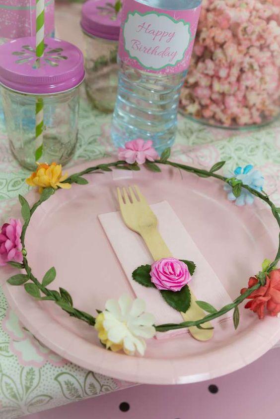 decoracao jardim encantado rustico:Imagem 40 – Vasos de flores com velas fazem a composição perfeita!