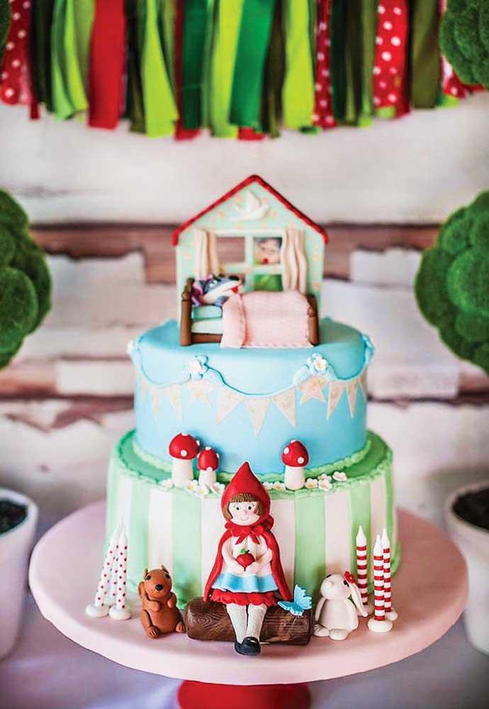 E o bolo de aniversário? Já pensou como vai ser? Que tal reproduzir a casinha da vovó com a chapeuzinho vermelho na frente?
