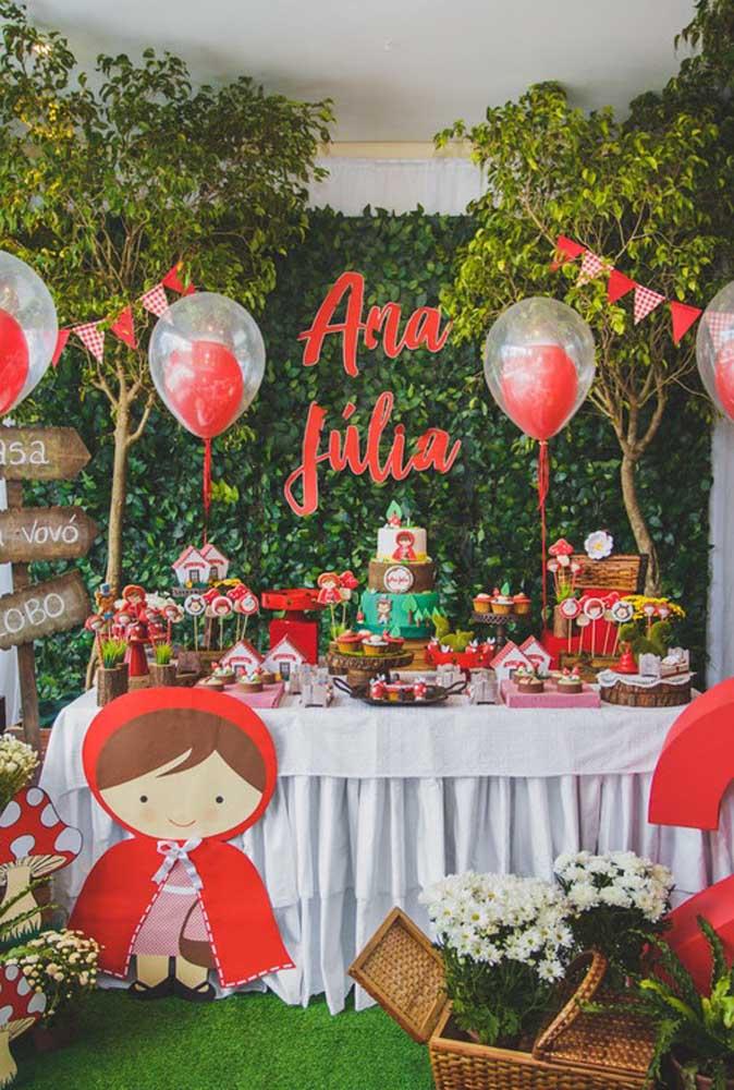 Que mesa mais linda foi feita para celebrar o aniversário com o tema Chapeuzinho Vermelho!