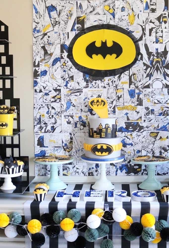 Capriche na hora de decorar a mesa com o tema Batman. Uma ótima opção é fazer um painel com o desenho em quadrinhos.