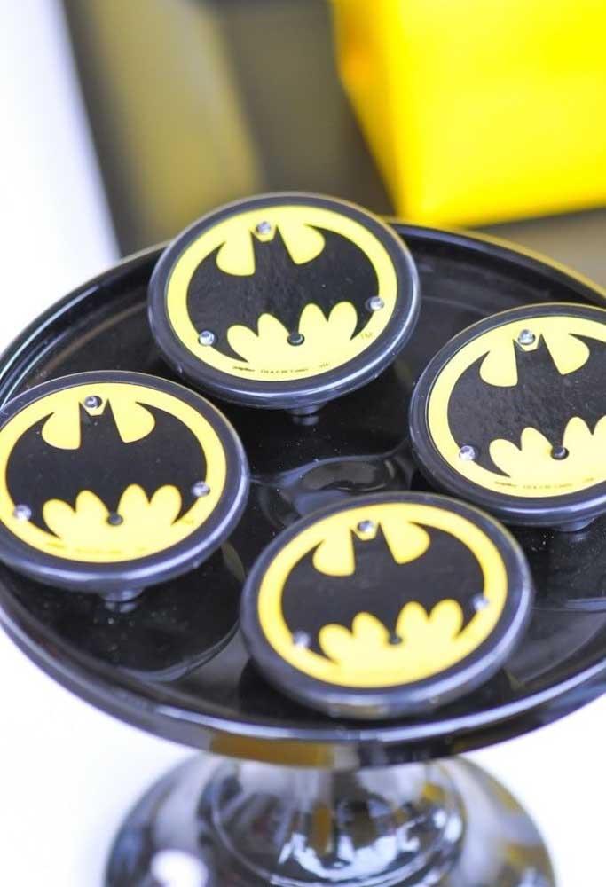 Use a marca do Batman como referência para personalizar os elementos decorativos da festa.