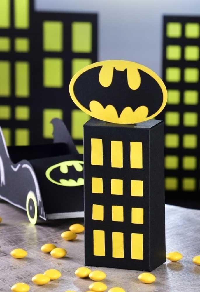 Se você deseja economizar na decoração de aniversário, pode usar papel para fazer a festa com o tema Batman.