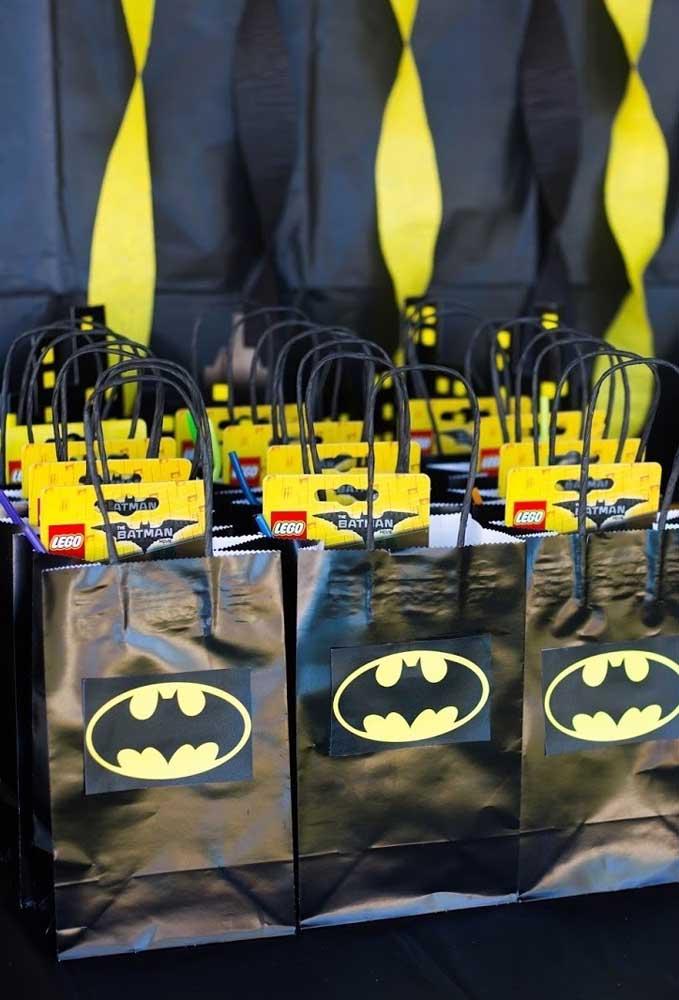 Uma opção econômica para usar como lembrancinha é comprar várias sacolas na cor preta. Depois é só colar o símbolo do homem morcego na frente.