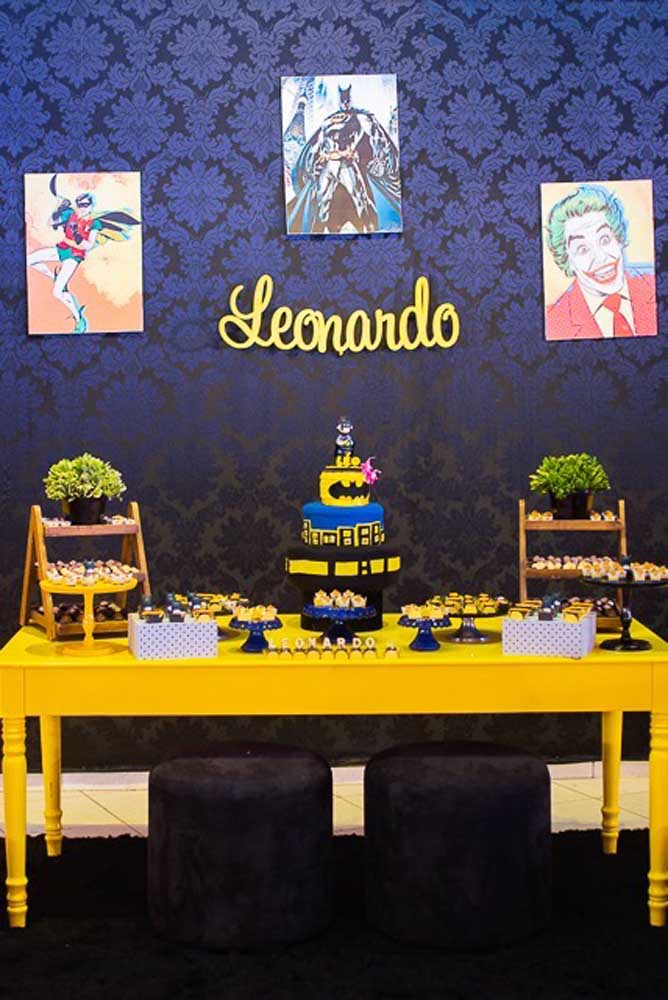 O que acha de fazer uma decoração totalmente dark para festejar o aniversário com o tema Batman? Apenas para destacar o ambiente, use uma mesa na cor amarela.