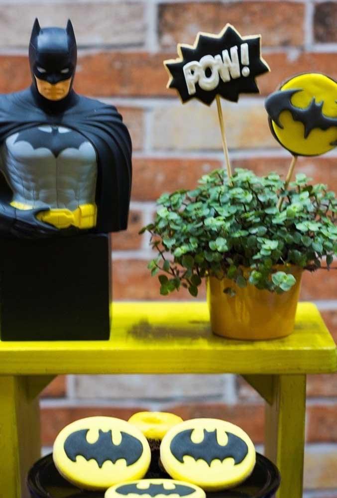 Use bonecos do Batman, o morcego e outros elementos que fazem referência ao personagem para decorar o aniversário com o tema.
