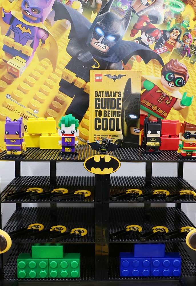 Misture a decoração com itens que fazem referência ao Batman e do brinquedo Lego.