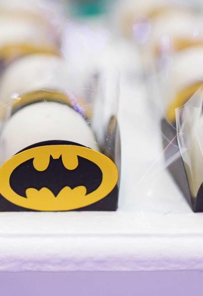 Na hora de servir os docinhos da festa, prefira usar caixinhas personalizadas com o tema.