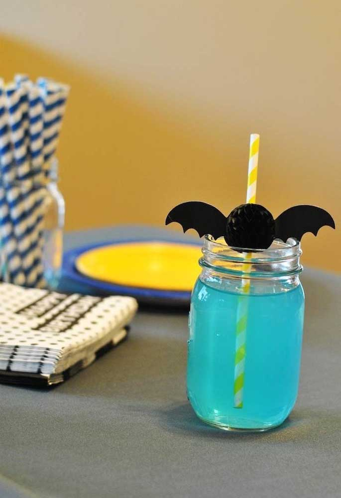 E na hora de servir as bebidas? A nova moda é usar potes transparentes. Para decorar use um pequeno morcego no canudo.