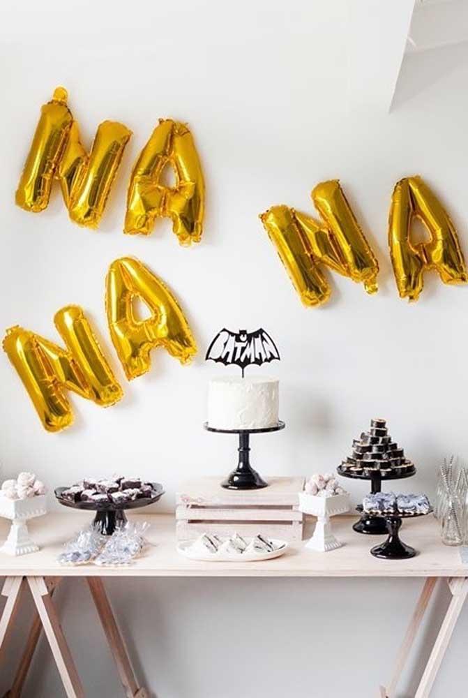 Se a intenção é fazer algo bem simples, prepare uma mesa com doces e bolo e decore com alguns elementos do tema.