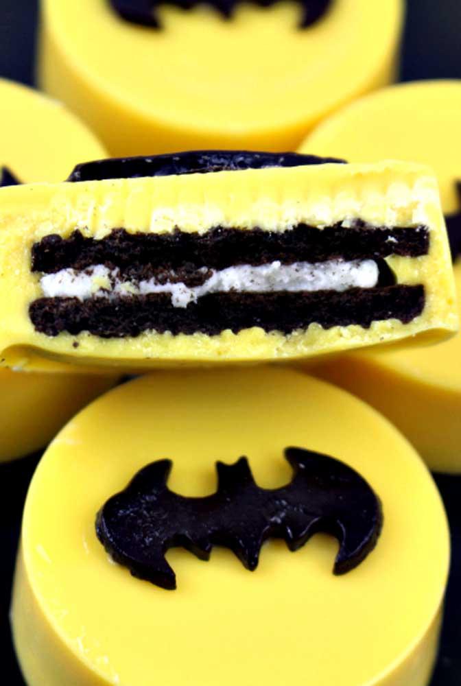 Que tal fazer uns doces temáticos? Para isso, use as cores que fazem referência ao tema como a cor preta e amarela.