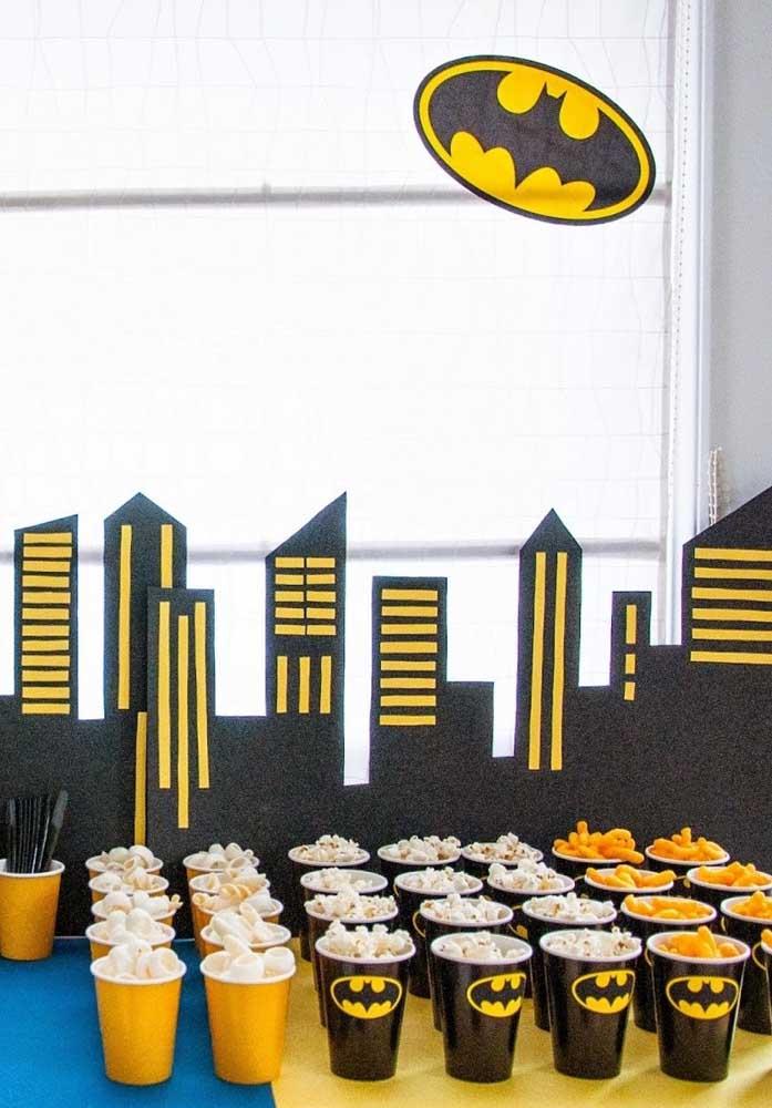 Você pode usar o cenário de Gotham City para fazer um painel por trás da mesa.
