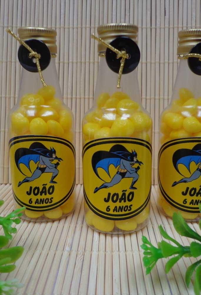 Na hora de escolher as guloseimas da festa, opte pelas cores do tema como amarelo e preto. Para personalizar as embalagens, use adesivos com o personagem.
