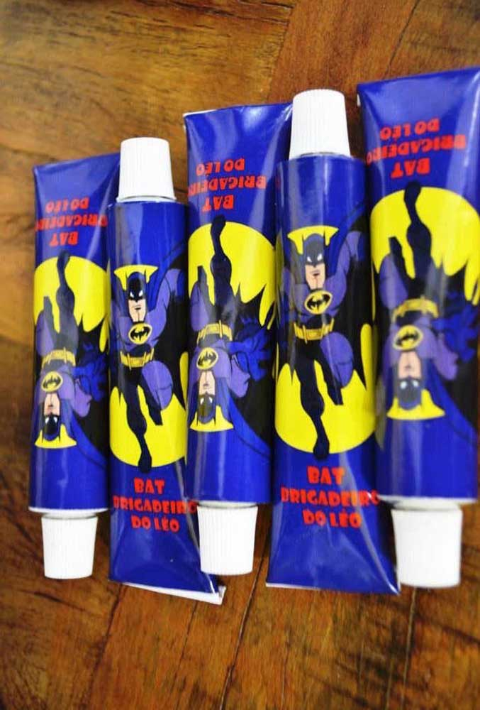 Já pensou no que vai oferecer como lembrancinha? O que acha de fazer um kit higiene? Nesse caso, você pode personalizar com o tema o creme dental como no modelo.