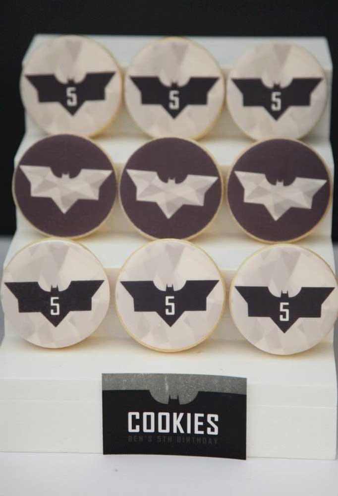 Prepare um cantinho só para colocar os cookies temáticos do aniversário como esses biscoitos.