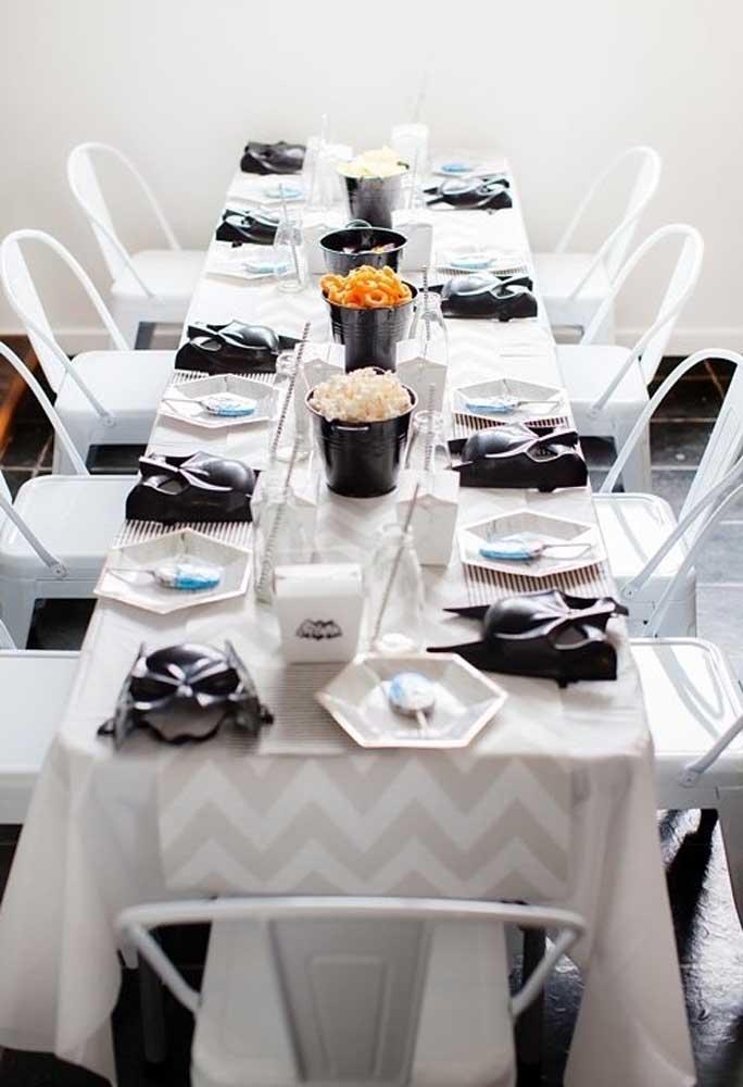Se a festa de aniversário é só para poucos convidados, prepare uma mesa para servir as guloseimas.