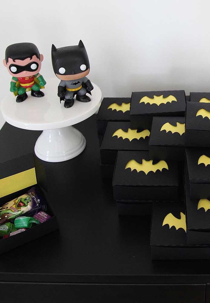 Olha como é simples fazer algumas caixinhas personalizadas para entregar como lembrancinha do aniversário.