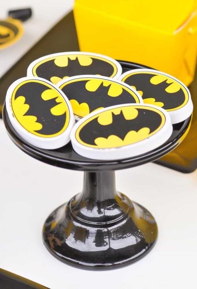 Use e abuse da marca do homem morcego na hora de fazer a decoração do aniversário.