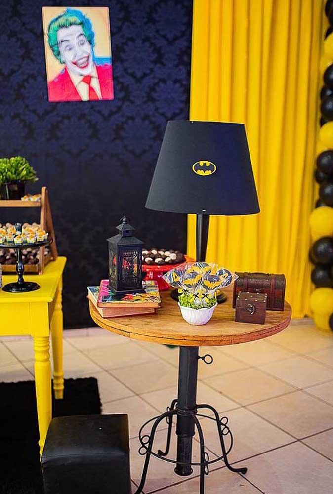 Para decorar a festa você pode usar objetos decorativos que já tem em casa e apenas personalizá-los com o tema.
