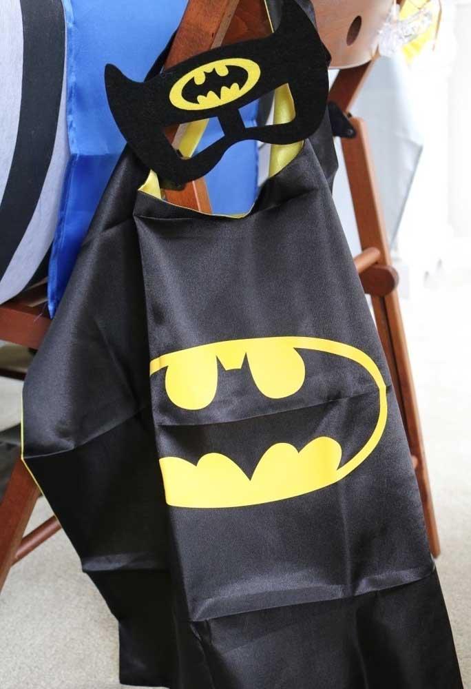 Quer deixar as crianças entrarem no ritmo da festa? Distribua trajes personalizados como capas e máscaras.