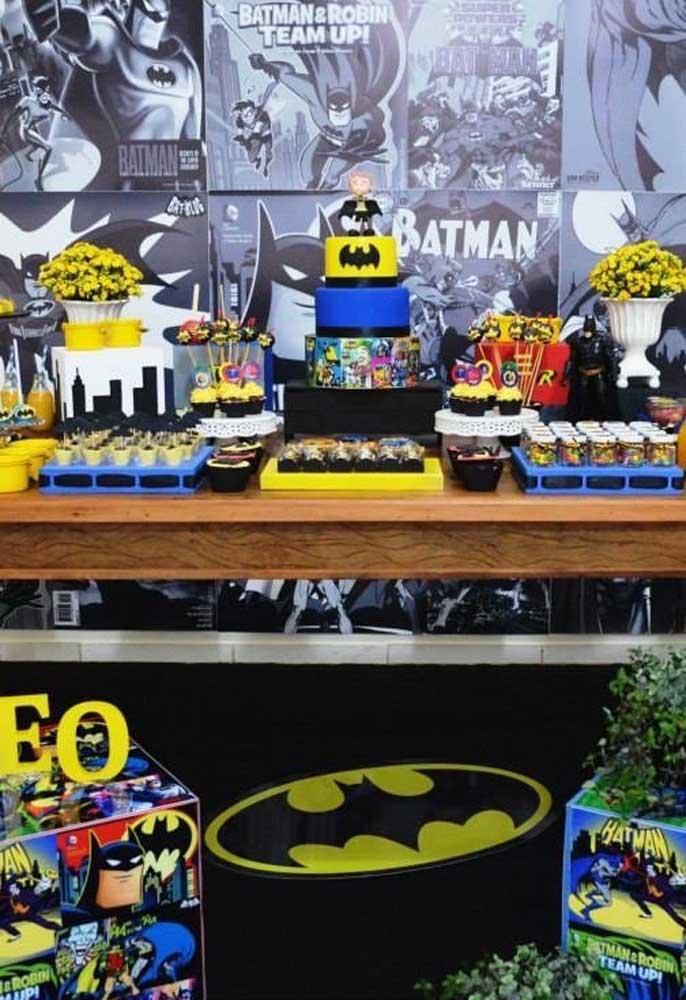 A festa do Batman também pode ter uma decoração bastante colorida. Para isso, capriche nos itens decorativos e nos doces.
