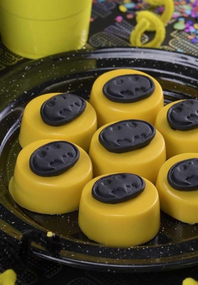 Use pasta americana ou massa para moldar um item decorativo para colocar nos doces.