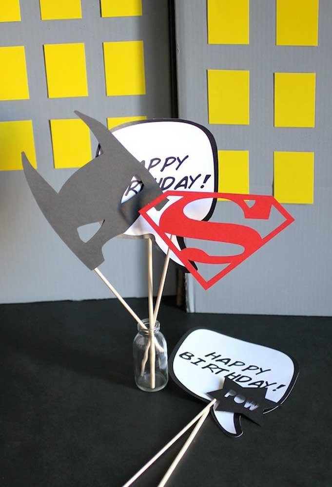 Que tal distribuir máscaras e placas para os convidados seguindo o tema da festa?