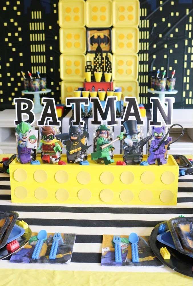 Fazer uma decoração com os brinquedos Lego e o Batman ao mesmo tempo é uma opção divertida.